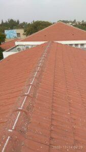 דוקרנים בגג רעפים